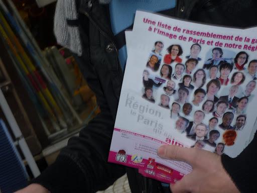 Diffusion du tract de la liste Hidalgo/ Huchon dans la rue Montorgueil (17/01/10)